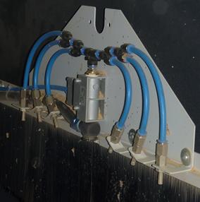 Foto von festinstallierten Blasdüsen in einer Holzbearbeitugnsmaschine.
